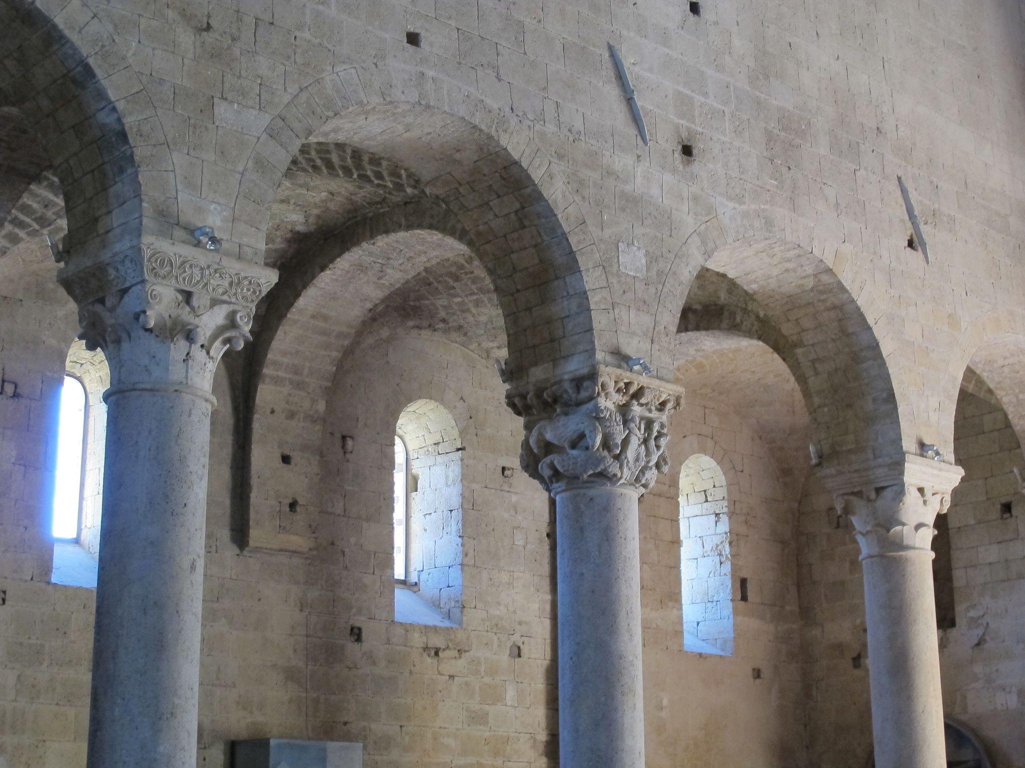 Abbazia di Sant'Antimo, capitello con Daniele nella fossa dei leoni del Maestro di Cabestany
