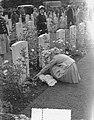 Airborne herdenking, Oosterbeek, kinderen leggen bloemen, Bestanddeelnr 907-3322.jpg