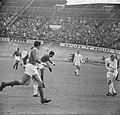 Ajax tegen Benfica 2-1, Eusébio in actie, Bestanddeelnr 917-7451.jpg