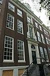 foto van Dubbel huis met gevel, voorzien van middenrisaliet en hoeklisenen, onder rechte lijst en attiek