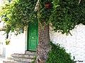 Arbol al lado de la puerta - panoramio.jpg