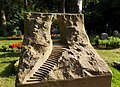 Auf diesen Friehof sind mir aufgefallen viele Gräber mit Treppen und Tor - panoramio.jpg