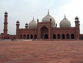 Badshahi Mosque July 1 2005 pic32 by Ali Imran.jpg
