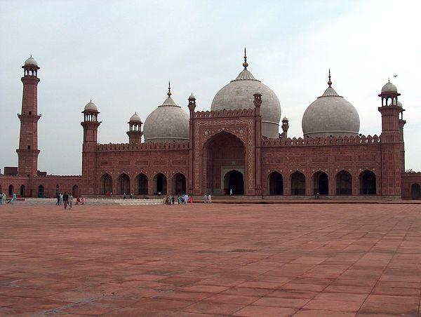 Badšahi mesdžid, doslovno 'Kraljeva džamija' je izgrađen 1674. od strane Aurangzeba. To je jedan od najpoznatijih znamenitosti Lahora i jedan je od najljepših i najgrandioznijih predstavnika Mogulske ere.