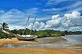 Barco encalhado em Caraíva de dia.jpg