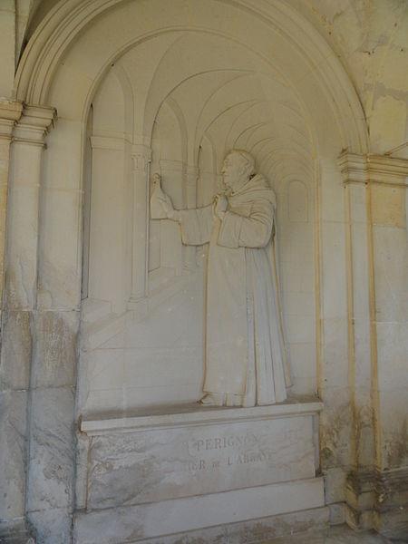 Bas-relief représentant Dom Pérignon, dans le cloître de l'ancienne abbaye d'Hautvillers.
