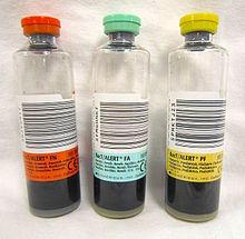 Três frascos transparentes com tampas e rótulos de cores diferentes.