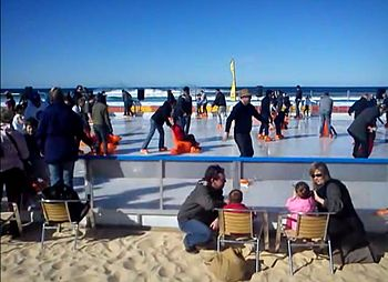 English: ice skating at bondi beach
