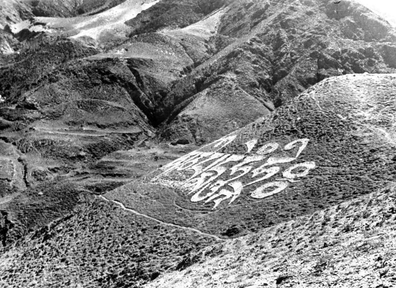 Bundesarchiv Bild 135-S-15-22-23, Tibetexpedition, Berghang mit tibetischer Schrift