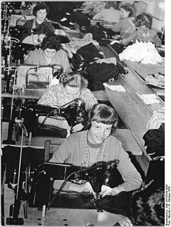 Bundesarchiv Bild 183-59242-0001, VEB Kinderbekleidung Brandenburg, Planerfüllung