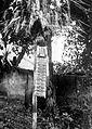 COLLECTIE TROPENMUSEUM Een gevlochten palmbladversiering ter gelegenheid van het oogstfeest op de weg tussen Klungung en Karangasem Bali TMnr 10001224.jpg