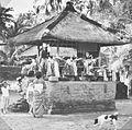 COLLECTIE TROPENMUSEUM Het plaatsen van offerschalen vol fruit bij een offerplaats op een tempelcomplex op Bali TMnr 60030952.jpg
