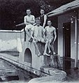 COLLECTIE TROPENMUSEUM Portret van vier mannen in zwembad Kalitaman TMnr 60053703.jpg