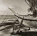 COLLECTIE TROPENMUSEUM Vissers op het strand van Galesong tijdens het onderhoud aan hun prauw en net TMnr 60052144.jpg