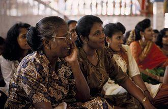 Tamil Indonesians - Image: COLLECTIE TROPENMUSEUM Vrouwen in de Hindoe tempel Sri Mariamman T Mnr 20018360