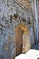 Caravaneserragli in pietra su arco di ingresso in un cortile - panoramio.jpg