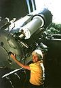 Кэролин Шумейкер с 18-дюймовым телескопом Паломарской обсерватории
