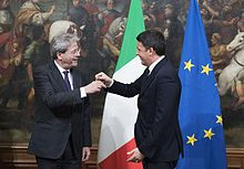 Paolo Gentiloni con l'ex premier Matteo Renzi durante la cerimonia di insediamento