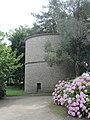 Château de Tocqueville - Pigeonnier et hortensias.JPG
