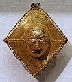 Costa d'avorio, baule, pendenti in oro, xx secolo, 03 maschera su losanga.jpg