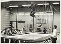 De trampoline was erg in trek bij de jeugd tijdens de sportinstuif in de Spaarnehal. NL-HlmNHA 54031764.JPG
