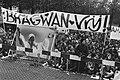 Demonstratie Bhagwan-aanhangers in Amsterdam tegen arrestatie Bhagwan in de VS e, Bestanddeelnr 933-4729.jpg