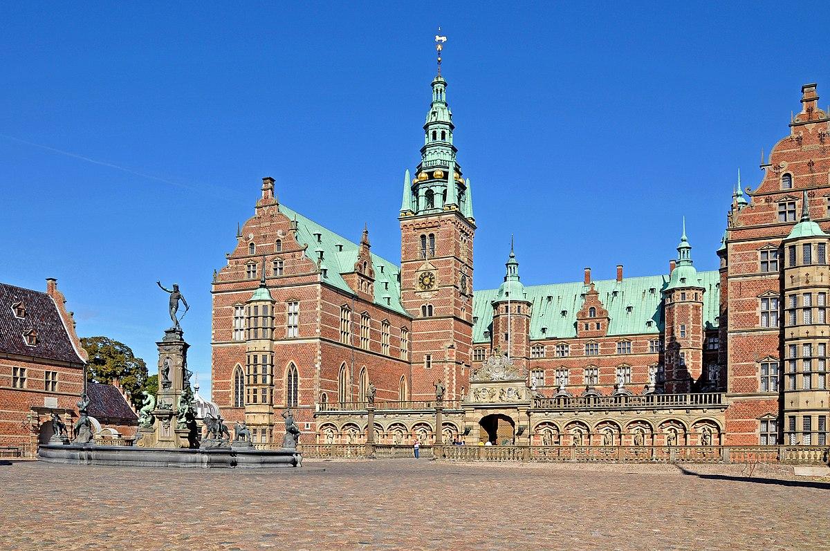 Denmark 0313 - Frederiksborg Castle Courtyard (5519246245).jpg