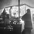 Distributie van voedsel in een tent in het vluchtelingen kamp Jalazoune nabij Ra, Bestanddeelnr 255-5728.jpg
