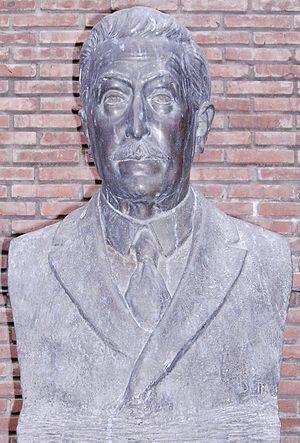 Juan Álvarez (historian) - Bust of the founder, by Erminio Blotta, at the secondary entrance (Garden Library) Rosario, Argentina