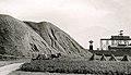 Dzwonnica Gwarków przy hałdzie popłuczkowej w Tarnowskich Górach. Ok. 1940 r.jpg