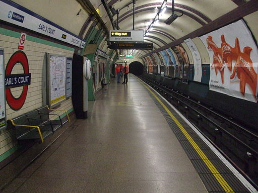 Earl's Court stn Piccadilly eastbound look west