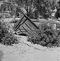 Een gedumpte klankbodem van een vleugel in de kibboets Revivim in de Negevwoesti, Bestanddeelnr 255-3963.jpg