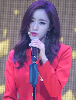 Elsie Hahm performing at 13rd Mini Album Showcase in June 2017 02.png