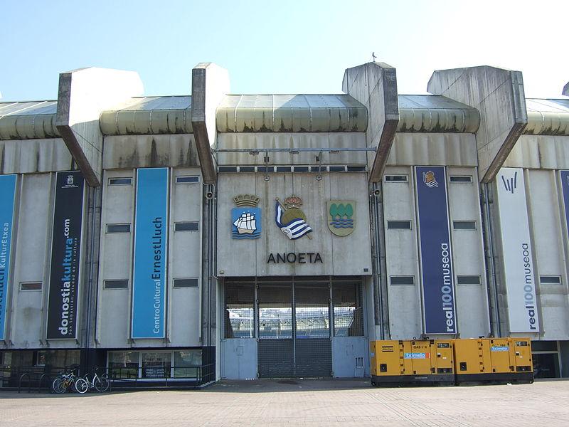 Archivo:Escudos y puerta en el estadio de Anoeta.jpg