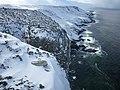 Falaise sud enneigée de Kerguelen.jpg