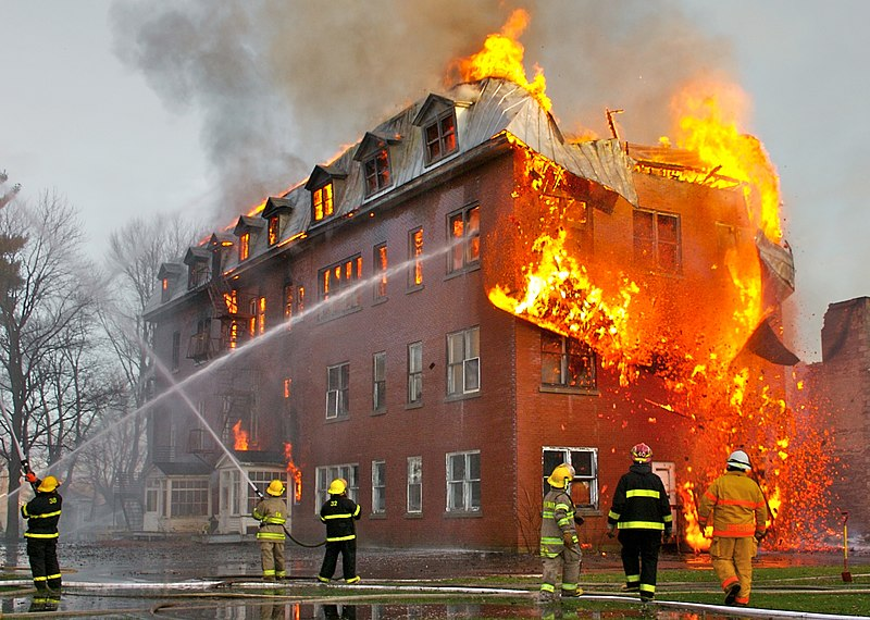 Archivo:Fire inside an abandoned convent in Massueville, Quebec, Canada.jpg