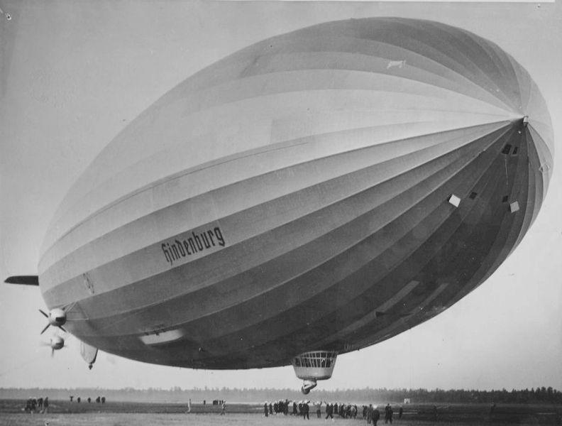 Ouvre boite LZ 219 Hidenburg [Revell 1/720] 792px-First_Hindenburg_arrival_at_Lakehurst_1936