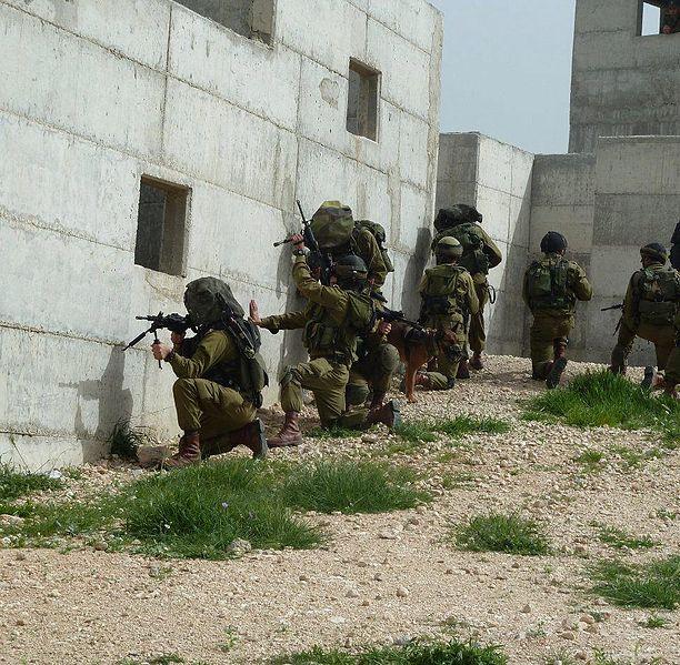لواء Kfir الاسرائيلي .....חֲטִיבַת כְּפִיר 612px-Flickr_-_Israel_Defense_Forces_-_Kfir_Brigade_IDF_Officers_Practice_Urban_Warfare_%2810%29