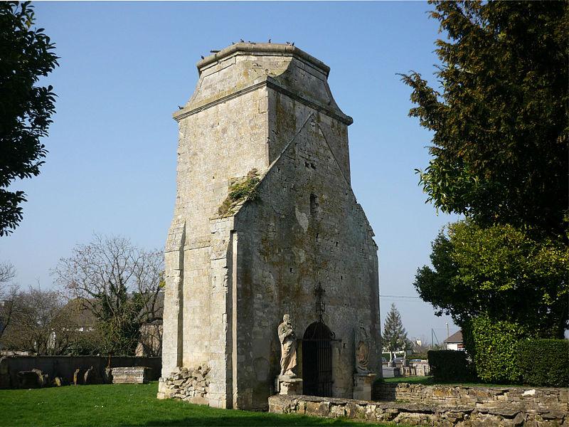 Vestiges de l'église Saint-Martin détruite en 1944 à Fontenay-le-Pesnel (Calvados)