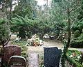 Frisches Grab mit Blumenschmuck.JPG