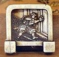 Giappone, periodo edo, netsuke (fermaglio per inroo), xix secolo, 018 schermo con samurai che spia da una porta.jpg