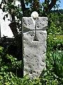 Grab- und Gedenkstein von August Cueni (1883–1966) Kunst Maler, Holz- und Linolschneider, Schlossgasse in Zwingen.jpg