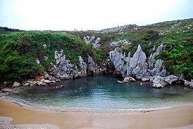 playa gulpiyuri espana