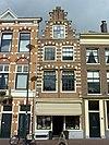 foto van Pand met trapgeveltje in Haarlemse trant: bogen, neggen en hoeken met natuursteenblokken versierd