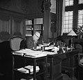 Hans Peter Sørensen achter een bureau, vermoedelijk in het gemeentehuis, Bestanddeelnr 252-9006.jpg