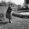 Hildegard Eschen, echtgenote van Van de Poll, met een schildpad aan een lijn, Bestanddeelnr 254-5101.jpg