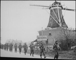 Infantry of the Regiment de Maisonneuve moving through Holten to Rijssen, both towns in the Netherlands. 9 April... - NARA - 541913