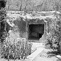 Inkijk laag bij de grond vanaf buiten naar ondergrondse kamers (ruimtes in ruimt, Bestanddeelnr 255-2402.jpg