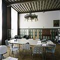 Interieur, overzicht van de kamer van de rector, met kroonluchter en beschilderd balkenplafond, aan de voorzijde van het gebouw - 's-Gravenhage - 20387430 - RCE.jpg