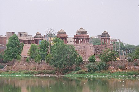 Jahaz Mahal on the bank of Hauz-i-Shamsi tank.jpg